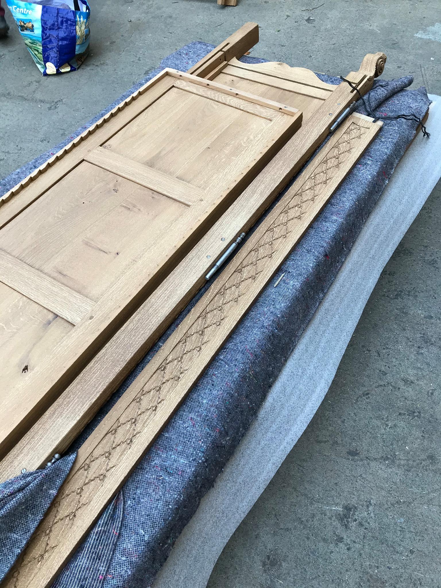 Traitement d'une armoire en chêne comprenant les portes et les étagères